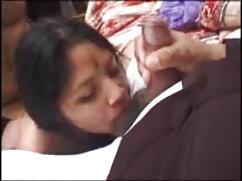 सेक्सी आबनूस उसके पैरों को फैलाता है सेक्स हिंदी मूवी और उसकी चूत को चाटता है और बिस्तर में धमाका करता है